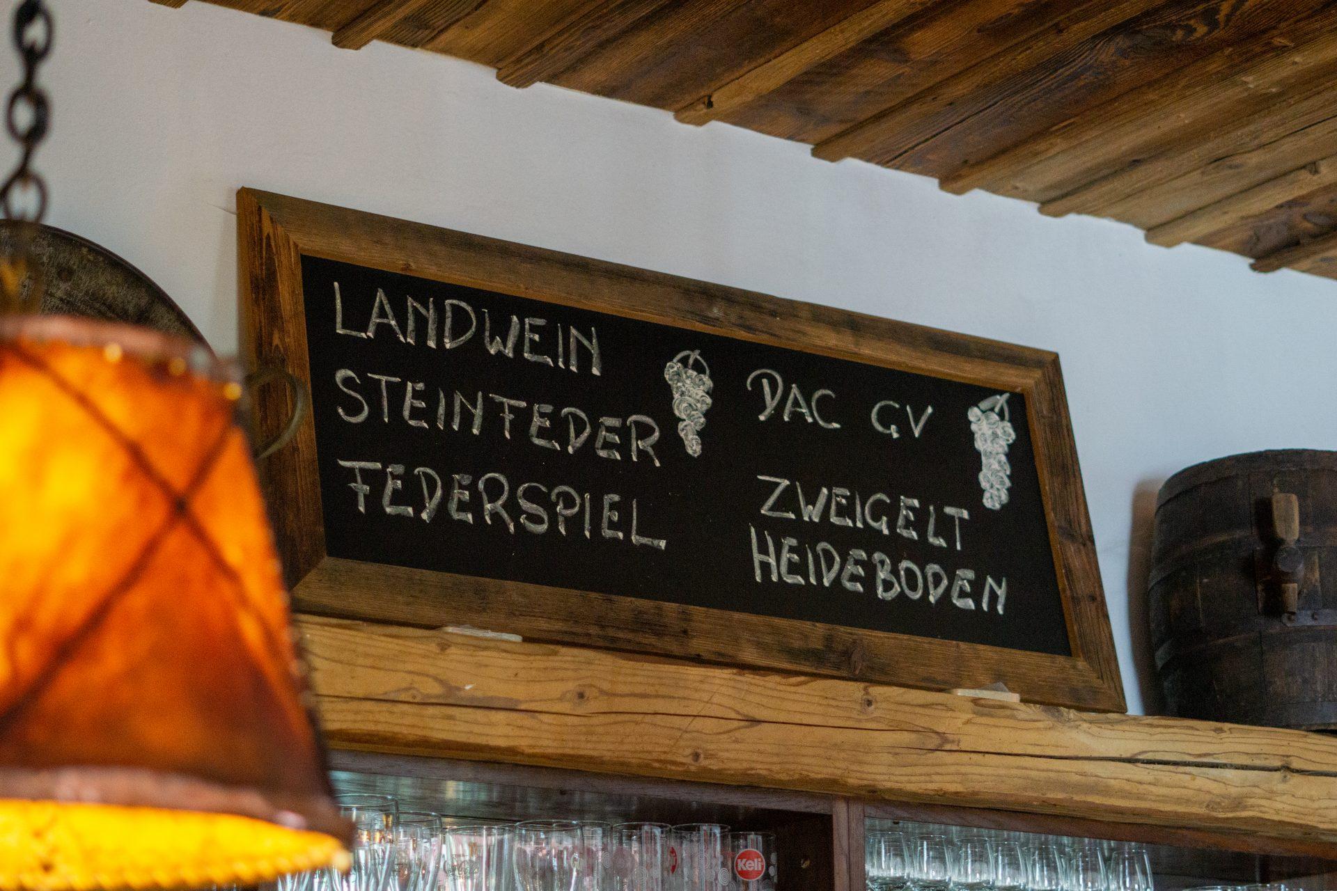 Tafel mit regionalem Weinangebot